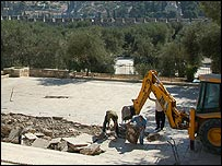 bulldozer-on-temple-mount-9-07.jpg