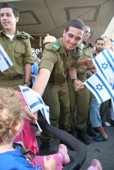 Israeli Soldiers Greet Immigrants-9.jpg