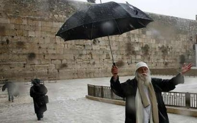 2-1-08-singing-jew-at-western-wall.jpg