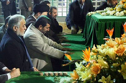 2-4-09-ahmadinejad-at-grave