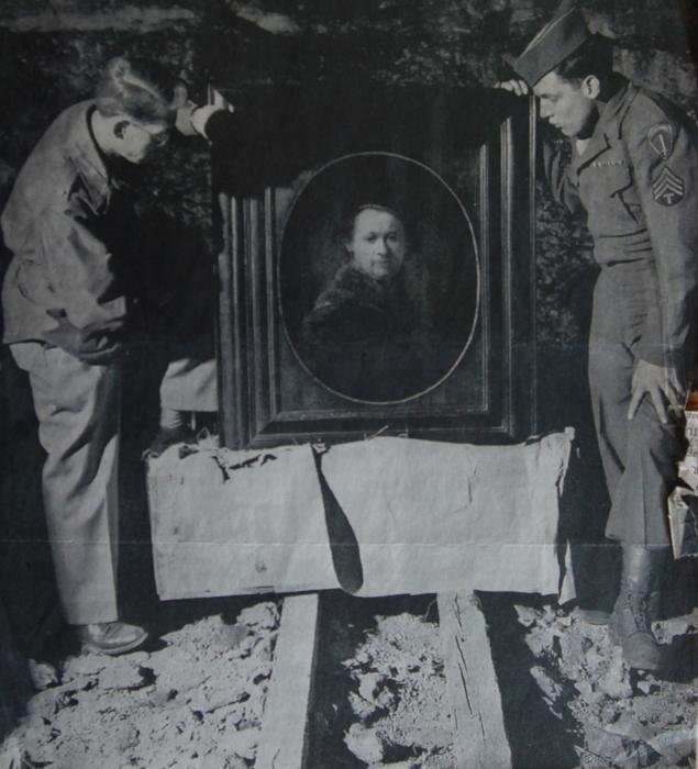 Lt. Dale Ford (l.), commander of the Monuments Men, and then-19-year-old Monuments Man Harry Ettlinger looking over an original self-portrait by Rembrandt that was recovered from the Nazis.
