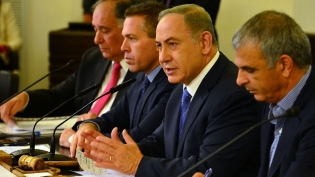 Prime Minister Benjamin Netanyahu, second right, leads the weekly cabinet meeting at the Haifa municipality, on November 27, 2016. (Kobi Gideon / GPO)
